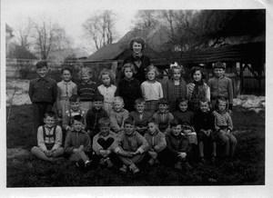 Paní ředitelka Zdeňka Havlová se svými žáky na školní zahradě